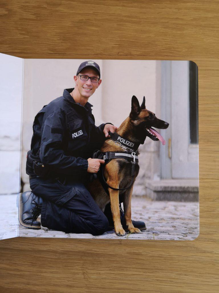 Ein Polizist in Uniform mit seinem Polizeihund