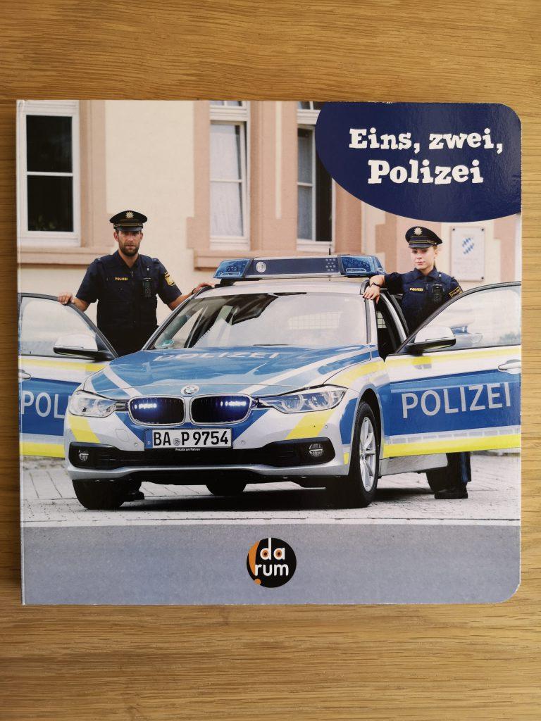 Das Titelbild von Eins, zwei, Polizei. Ein Polizei Bilderbuch mit echten Fotos!
