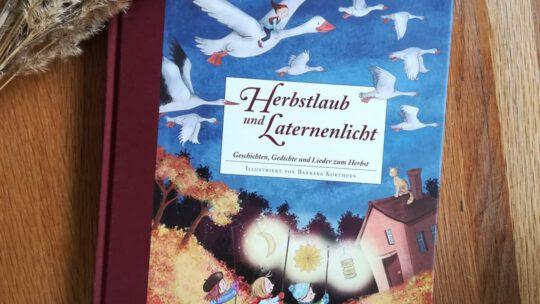 """""""Herbstlaub und Laternenlicht. Geschichten,  Gedichte und Lieder zum Herbst"""" – Barbara Korthues"""
