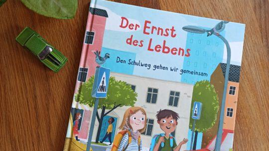 """""""Der Ernst des Lebens. Den Schulweg gehen wir gemeinsam"""" – Sabine Jörg, Anne-Kathrin Behl"""